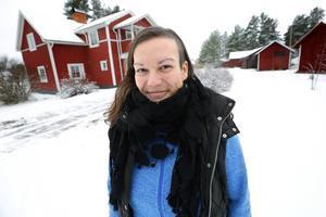 På gården där Lina bor finns både bostadshuset och några fler, mindre byggnader.