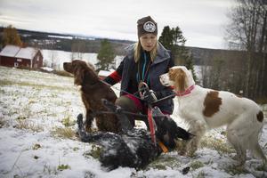 Evelina Åslund Bäck trivs allra bäst när hon får vara ute med sina hundar.