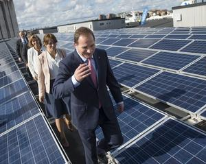 Regeringens solcellssatsning bygger på en fantastisk teknisk utveckling där priserna på solceller snart är en hundradel mot i denna tekniks gryning på 70-talet.
