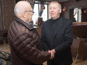 Möte med Ivar. Tomas von Brömssen spelade Ivar Sjöman i filmen Tårtgeneralen och ses här diskutera rollen med originalet personligen.