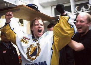 Rolf Wanhainens segerjubel efter att SSK tagit sig tillbaka till elitserien våren 2001. 2002 belönades målvaktshjälten med Telgebragden. Arkivfoto: LT.