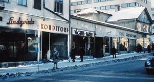 529950342d8 Lindqvists konditori låg på Rudbecksgatan, i backen upp mot Drottninggatan.  Bild från 1959.