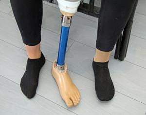 Badprotesen är tyngre än den vanliga protesen eftersom Linn måste kunna bada med den utan att den flyter upp till ytan.