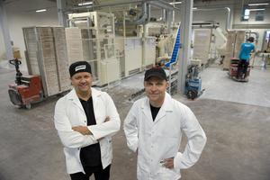 Delägarna Jesper Lööw och Ola Brewitz i den nya godisfabriken, som mäter 7 000 kvadratmeter.