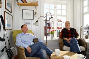Far och son Lundin gör affärer ihop. Här är det äldste sonen Magnus som diskuterar med sin pappa Rudolf. Foto: Anders Sjöberg
