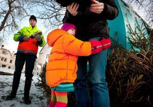 Lovisa Wiktorsson följde med pappa Jonas för att välja ut en fin gran som hon skulle göra fin med röda kulor och glitter. Foto: Håkan Luthman