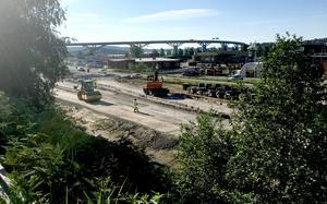 I månadsskiftet juli/augusti ska trafiken ledas om via den nya vägen.