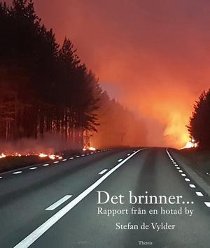 Omslagsbilden på Stefan de Vylders bok om bränderna i Ljusdals kommun är tagen mitt under infernot, av Marco Hassoldt. Han vägrade lämna sin vildmarkscamp. Med hjälp av gäster och en praktikant  lyckades han rädda sitt livsverk från att slukas av lågorna.