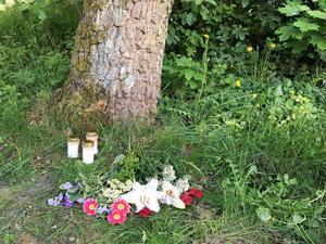 En minnesplats har börjat växa fram vid den plats där kroppen hittades på lördagen.