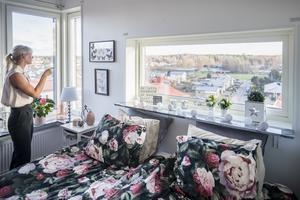 Foto: Jonas Classon. Jennies sovrum har utsikt  mot två väderstreck.