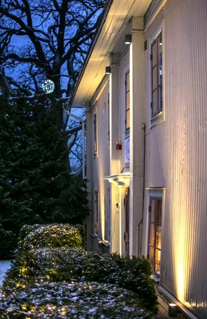 Det gamla huset är snett och vint, något ljusdesigner Micael Johansson fått ta hänsyn till när han ljussatt.