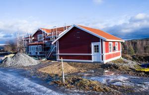 Garaget var det första som byggdes, så att det fanns någonstans att fika och förvara material.