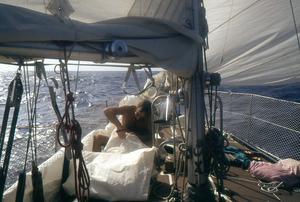 Roger Järsäter lagar ett segel som gått upp.
