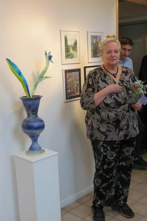 """""""Blå urna med blom och blader"""" av Cilla Adlercreutz. Foto: Max Möllerfält"""