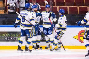 Philip Samuelsson jublar med lagkamrater efter 1–0 mot Oskarshamn. Foto: Daniel Eriksson/Bildbyrån