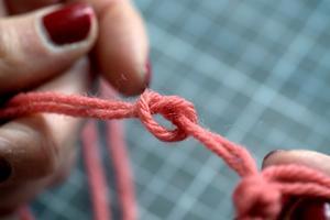Gör en enkel knut på varje trådpar.Foto: Janerik Henriksson / TT