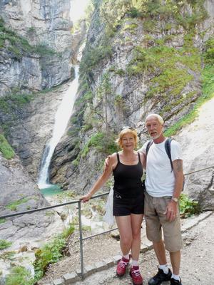 Maja och Gösta när de skulle besöka Neuswanstain, ett slott i Tyskland.