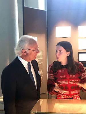 Kung Carl XVI Gustaf besökte utställningen och passade på att prata med Emelie Markgren om hennes teckningar.