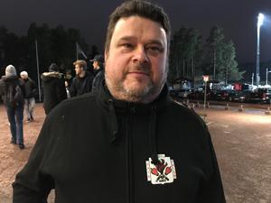 Johan Plyhm i sin nyköpta Haik-hoodie.
