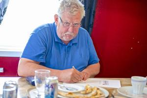 Sven-Olof Henriksson pratade turistnäring och utveckling av forngården i Överhogdal med kommunalrådet Gunilla Zetterström Bäcke under spontanlunchen i Ytterhogdal. Samtidigt passade han på att skriva under Härjedalskontraktet.