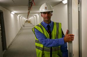 Kriminalvårdschef Roger Bostedt i kulverten som leder in till säkerhetsavdelningen, där några av Sveriges farligaste brottslingar ska avtjäna sitt straff.