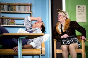 Pigge Hesselmans Nisse ställer till det på sjukan. Här med Gunilla Hammar som spelar Lisa och en ilsken patient.