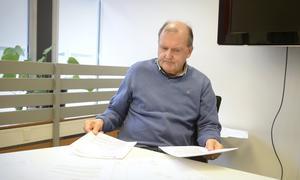 Bertil Wiklund, kommunrevisor i Kramfors går igenom det han upplever som otydliga fakturor och avtal.