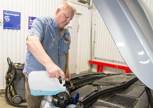 """Mats säger att han får hjälpa en del att hitta locket och behållarna i olika bilar där de ska fylla på vätskor. """"Jag byter också vindrutetorkare"""", säger han."""