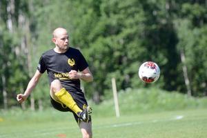 Marcus Hofvander kommer egentligen från grannbyn Isunda, men är en av få spelare i laget som bor i Vika.