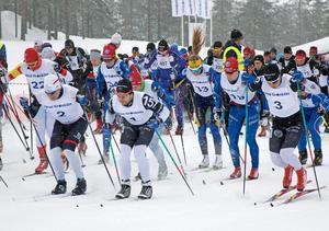 Eliten drar iväg i starten av Orsa Grönklitt Ski Marathon 2018.