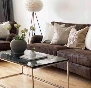 EFTER: Med ljusa textiler lättas den mörka soffan upp.