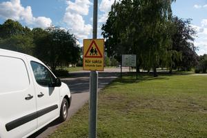 På infarten till Gärdesta förskola är trafikruljansen stor på morgnar när föräldrar lämnar sina barn till förskolan.