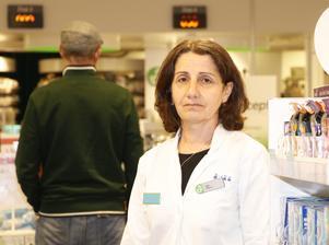 Güle Cetin är egenvårdsrådgivare vid apoteket i USÖ. Sedan början av april har hon märkt av en markant ökning av kunder som har problem med pollenallergi.
