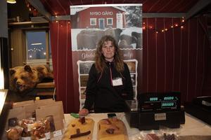 Ann Eriksson från Nybo Gård i Vemhån sålde bland annat ölkorv och pilsnerpinnar gjorda på kött från gårdens highland cattle.