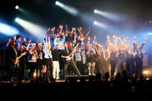 Jubel på Storsjöyran 2015. En av de stora spelningarna för Integrationskören The Rockin' Pots och Tomas Ledin. Foto: Anneli Åsén