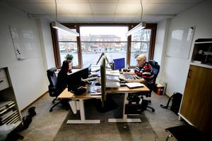 Lennart Persson och Anitha Olofsson sitter i samma rum. De jobbar på löneenheten.