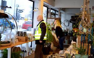 Fönster och  dörrar i Melinda Lindbergs butik fick bra betyg av Erik Gatu.