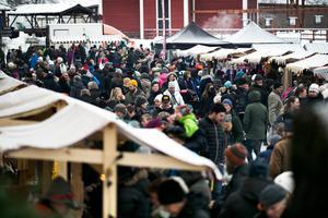 Söndagens julmarknad vid gruvan i Falun lockade massor av besökare. Men det stora besöksantalet ställde även till det för lastbilschauffören Daniel Larsson, som fastnade vid ST1/Shell-macken vid Gruvrondellen där ett par personbilar hade parkerats så att han inte kom förbi med sin lastbil.