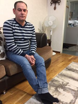 Dagarn, och åren, tillbringar Fares Salim hemma hos sin bor och mamma som också bor i Hovsjö. Han promenerar mycket och hälsar på kompisar som jobbar på en bilverkstad.