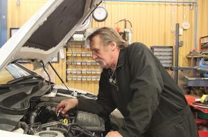 Arne Isaksson tröttnade på pensionärslivet och driver sedan i höstas den insomnade bilverkstaden vid OKQ-stationen i Djurås.
