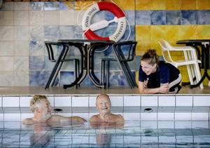 - Det är socialt här, man lär känna en massa folk, säger Bernt Eliasson, som besökt badet regelbundet i tio år. Gamla lumparkompisen Stefan Alestad, besökare sedan 1970-talet,  håller med.- Man känner sig välkommen.