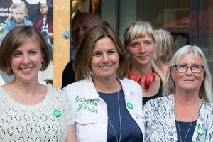 Isabella Lövin flankerad av Hanna Klingborg och Ewa Lofvar Gerdsdotter. I bakgrunden Åsa Waldenström.