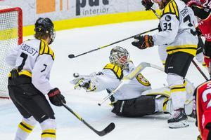 Situationen där David Rautio blir pååkt av Johan Harju som ledde till Luleås 2–1-mål. Bild: Simon Eliasson/Bildbyrån.