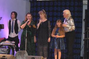 Alla medverkande artister på scenen förutom Pär-Åke Stockberg.
