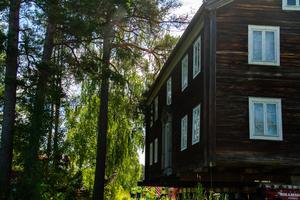 På vissa ställen var det trångt och trädgrenar kom i vägen för det rullande huset.