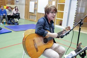 Musikläraren Inger Lööv hade inga som helst bekymmer med att få i gång publiken i allsången.