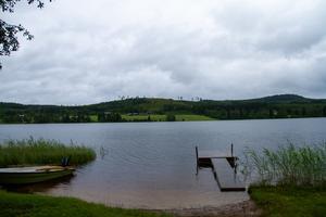 Hundra meter bort ligger Timssjön där grannarna har en privat badplats som familjen får använda.