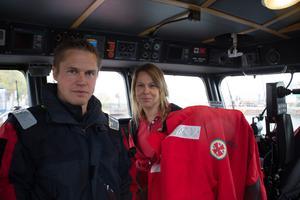 Elin Wager, stationsansvarig på Sjöräddningssällskapet RS Räfsnäs. Här tillsammans med Per Eriksson från Sjöfartsverket.