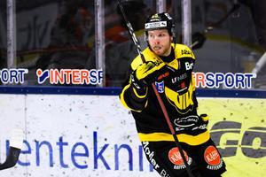 Lukas Zetterberg jublar efter att ha gjort 3–1 mot Karlskrona – men kvällen som helhet slutade jobbigt för Gulsvart. Foto: Maxim Thoré / BILDBYRÅN