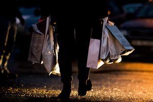 Hur många människor som lever i misär skulle inte kunna hjälpas till ett drägligare liv med dessa enorma summor som svenska folket lägger på julklappar?, skriver insändarskribenten. Foto: TT